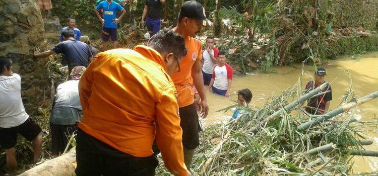 Pembersihan Material Banjir di Desa Pamager Sari