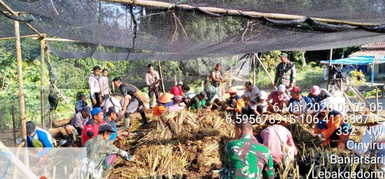 Ratusan Warga Peduli Cegah Banjir Tanam Vetiver